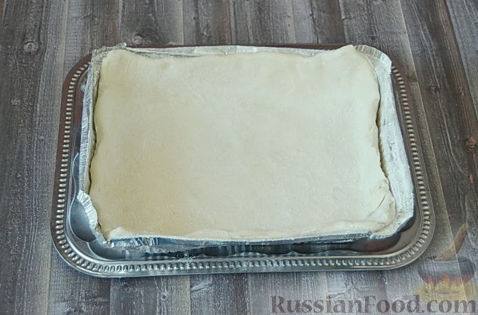 Фото приготовления рецепта: Слоеный пирог с черешней - шаг №4