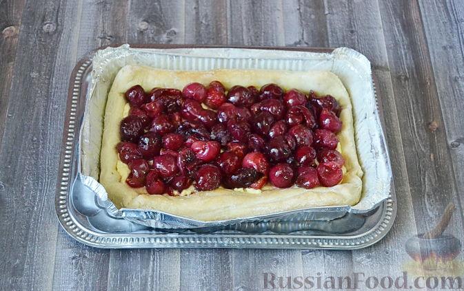 Фото приготовления рецепта: Слоеный пирог с черешней - шаг №6