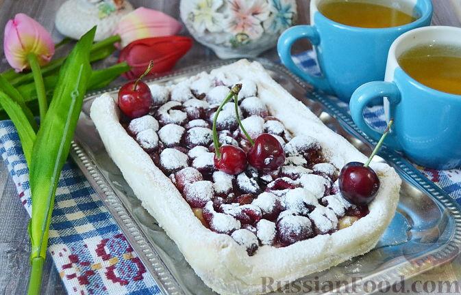 Фото приготовления рецепта: Слоеный пирог с черешней - шаг №7