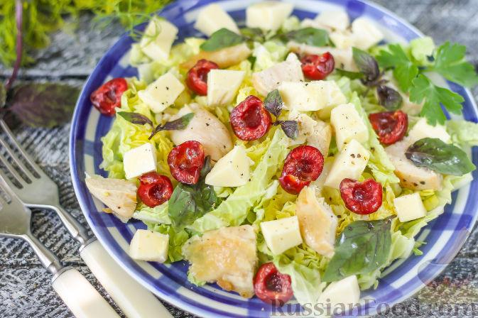 Фото к рецепту: Летний салат с индейкой, черешней и сыром фета