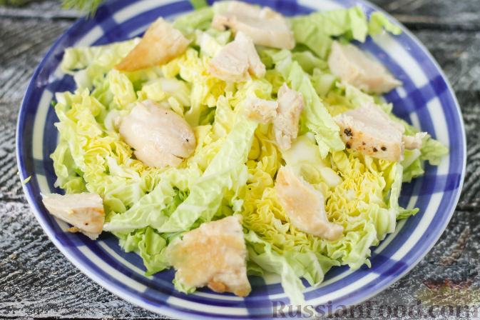 Фото приготовления рецепта: Летний салат с индейкой, черешней и сыром фета - шаг №4