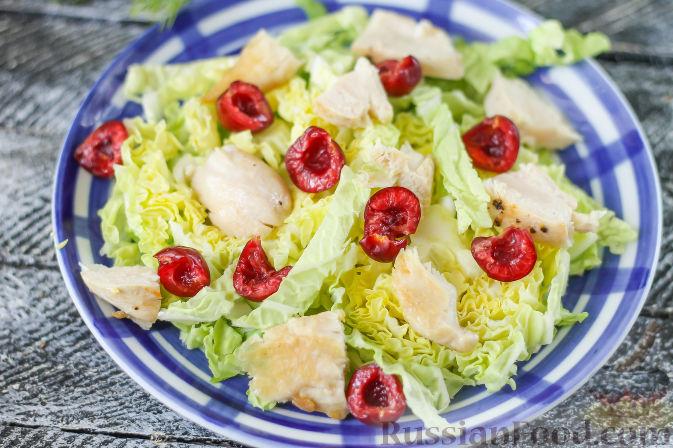 Фото приготовления рецепта: Летний салат с индейкой, черешней и сыром фета - шаг №5