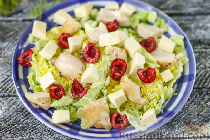 Фото приготовления рецепта: Летний салат с индейкой, черешней и сыром фета - шаг №6