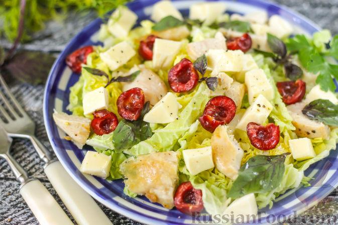 Фото приготовления рецепта: Летний салат с индейкой, черешней и сыром фета - шаг №7
