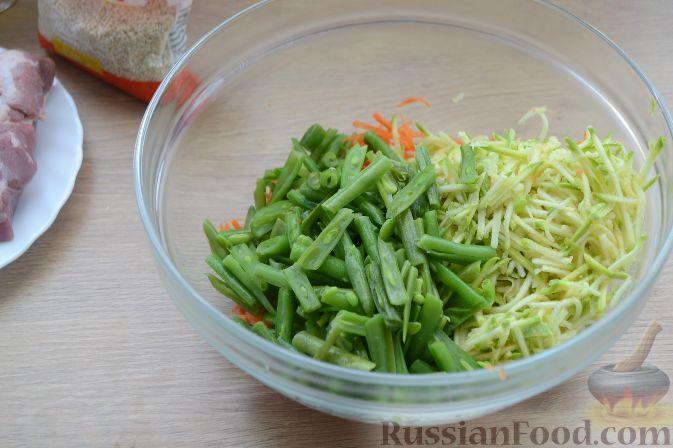 Фото приготовления рецепта: Слоёный салат с языком, шампиньонами, маринованными огурцами, морковью и сыром - шаг №15