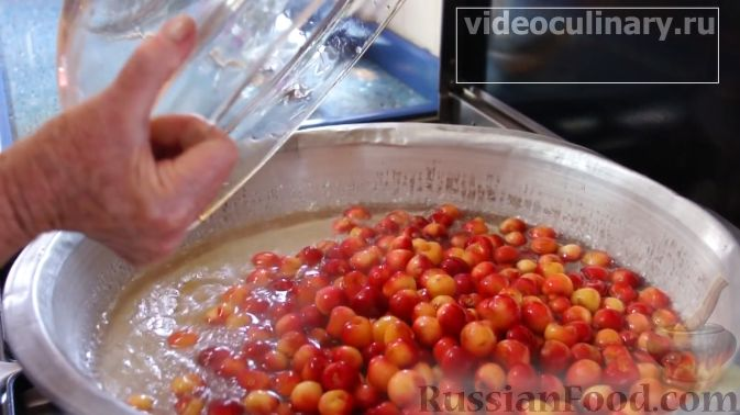 Фото приготовления рецепта: Варенье из розовой или белой черешни - шаг №4