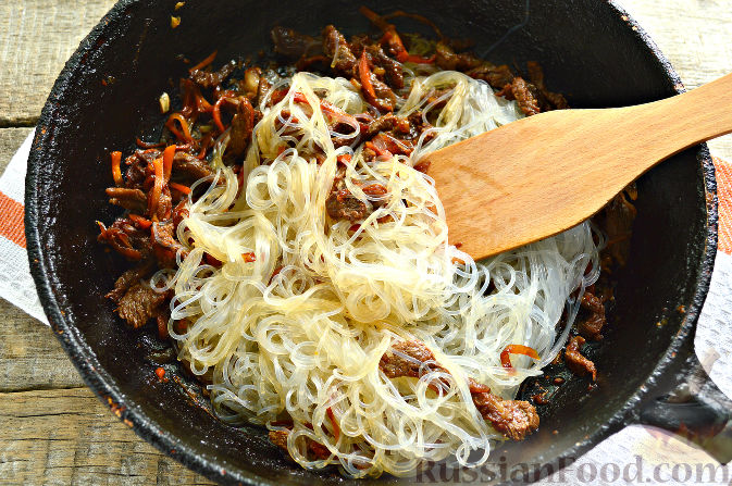 Фото приготовления рецепта: Фунчоза с говядиной - шаг №9