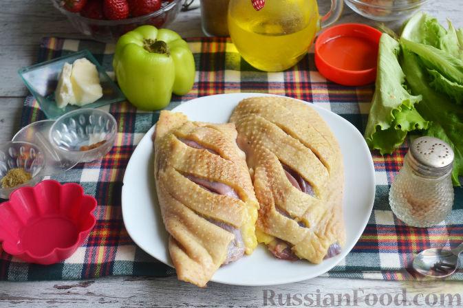 Фото приготовления рецепта: Салат с утиной грудкой и клубничным соусом - шаг №3