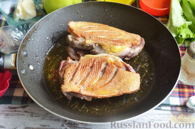 Фото приготовления рецепта: Салат с утиной грудкой и клубничным соусом - шаг №5