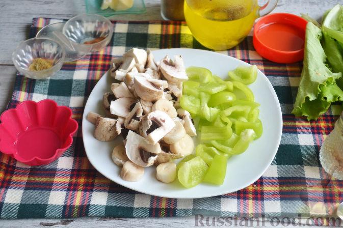 Фото приготовления рецепта: Салат с утиной грудкой и клубничным соусом - шаг №13
