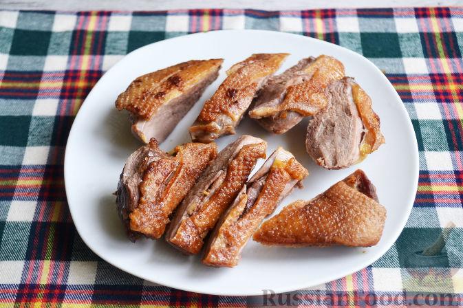 Фото приготовления рецепта: Салат с утиной грудкой и клубничным соусом - шаг №17
