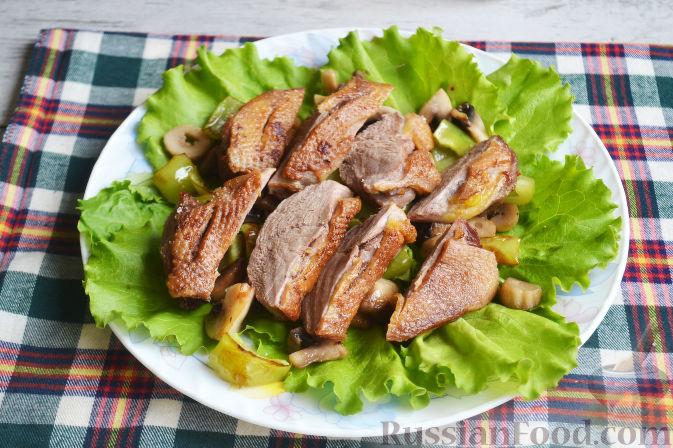 Фото приготовления рецепта: Салат с утиной грудкой и клубничным соусом - шаг №20