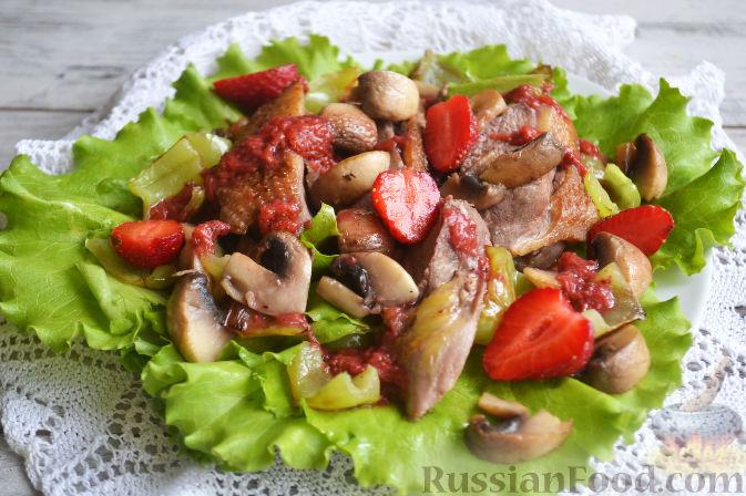 Фото приготовления рецепта: Салат с утиной грудкой и клубничным соусом - шаг №21