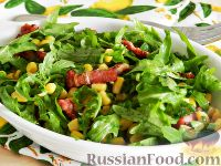 Фото к рецепту: Салат из рукколы, кукурузы и бекона