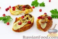 Фото к рецепту: Кростини с сыром бри, гранатом и грецкими орехами