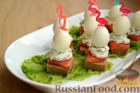 Фото к рецепту: Канапе с семгой, сыром и перепелиными яйцами