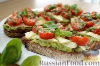 Фото к рецепту: Тосты с авокадо, брынзой и черри