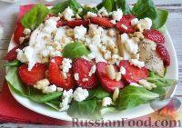 Фото к рецепту: Салат с курицей и клубникой