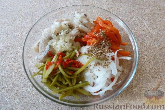 """Фото приготовления рецепта: Салат """"Визит в Сеул"""" с маринованной щукой - шаг №11"""