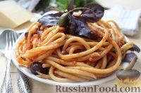 Фото к рецепту: Спагетти с томатным соусом, оливками и каперсами