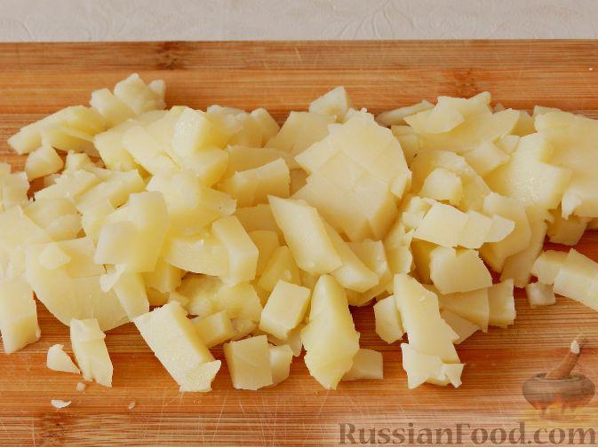 Фото приготовления рецепта: Картофельный салат с копченой рыбой - шаг №5