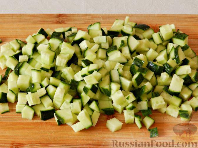 Фото приготовления рецепта: Картофельный салат с копченой рыбой - шаг №3