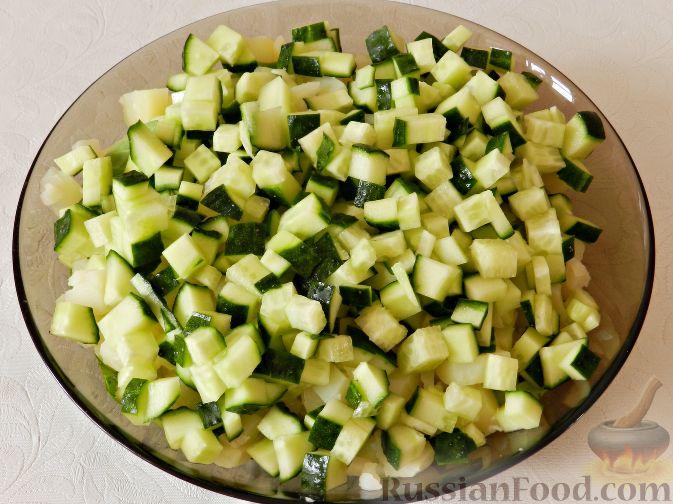 Фото приготовления рецепта: Картофельный салат с копченой рыбой - шаг №10