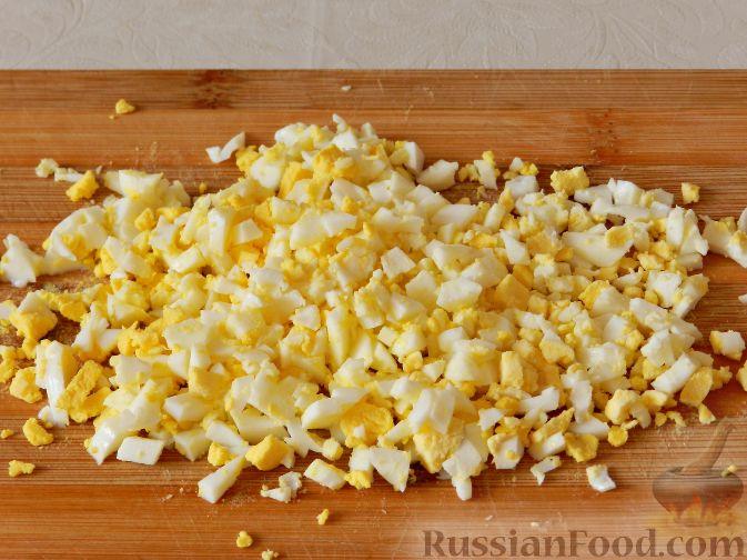 Фото приготовления рецепта: Картофельный салат с копченой рыбой - шаг №6