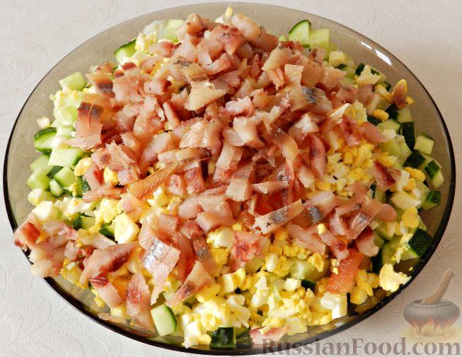 Фото приготовления рецепта: Картофельный салат с копченой рыбой - шаг №12