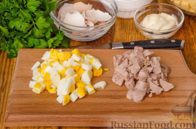 Фото приготовления рецепта: Домашний хлеб, запечённый с пряным маслом, сыром и зеленью - шаг №6