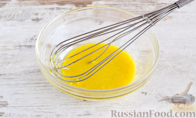 Фото приготовления рецепта: Слоёный салат с крабовыми палочками, ветчиной, плавленым сыром и яблоком - шаг №14