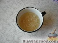 Фото приготовления рецепта: Клубничный йогуртовый торт (без выпечки) - шаг №3