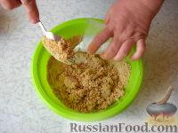 Фото приготовления рецепта: Клубничный йогуртовый торт (без выпечки) - шаг №4