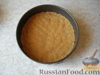 Фото приготовления рецепта: Клубничный йогуртовый торт (без выпечки) - шаг №5