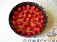 Фото приготовления рецепта: Клубничный йогуртовый торт (без выпечки) - шаг №6