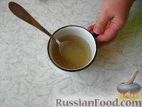 Фото приготовления рецепта: Клубничный йогуртовый торт (без выпечки) - шаг №7