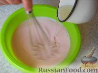 Фото приготовления рецепта: Клубничный йогуртовый торт (без выпечки) - шаг №8