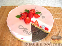 Фото приготовления рецепта: Клубничный йогуртовый торт (без выпечки) - шаг №10