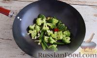 Фото приготовления рецепта: Кальмары с брокколи, в соевом соусе - шаг №4