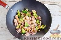 Фото приготовления рецепта: Кальмары с брокколи, в соевом соусе - шаг №7