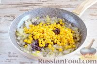 Фото приготовления рецепта: Пирог с луком, консервированной кукурузой и маком - шаг №5