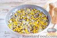 Фото приготовления рецепта: Пирог с луком, консервированной кукурузой и маком - шаг №6