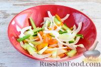 Фото приготовления рецепта: Салат с кальмарами и ветчиной - шаг №3