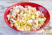 Фото приготовления рецепта: Салат с кальмарами и ветчиной - шаг №6