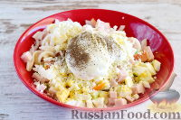 Фото приготовления рецепта: Салат с кальмарами и ветчиной - шаг №7