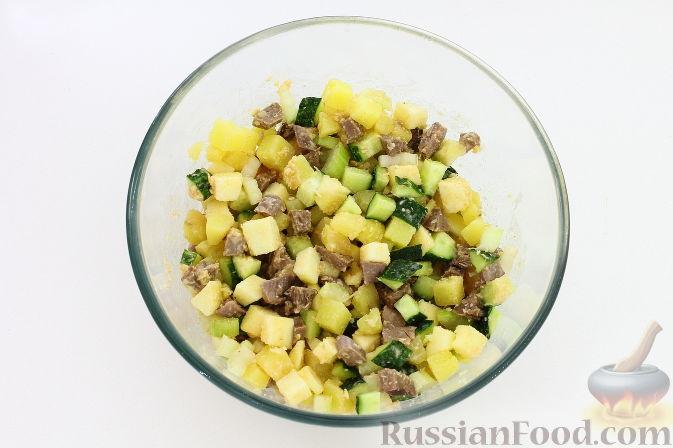 Фото приготовления рецепта: Салат с печенью, сладким перцем, помидорами и орехами - шаг №2