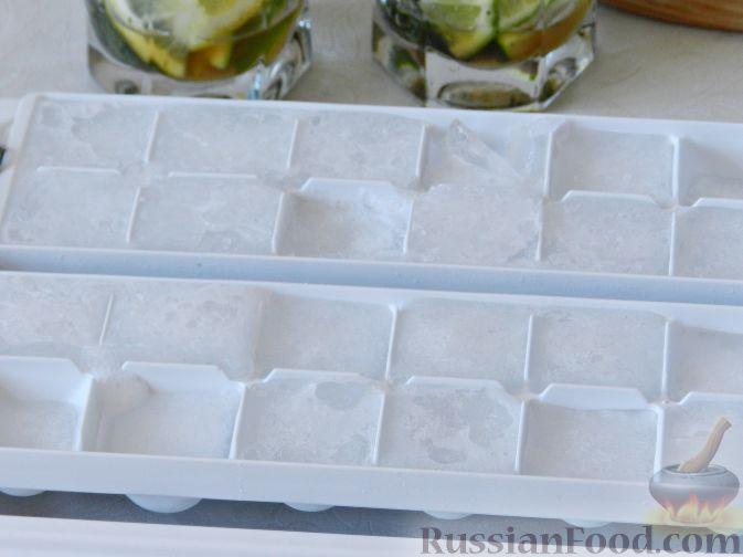 Фото приготовления рецепта: Салат с консервированной рыбой, рисом, яйцами и луком - шаг №10