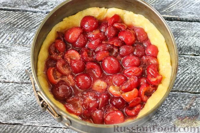 Фото приготовления рецепта: Песочный пирог с черешней - шаг №7