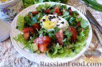 Фото к рецепту: Овощной салат с авокадо и яйцом пашот