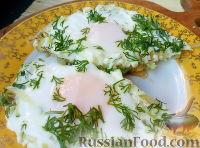 Фото к рецепту: Яичница с цуккини, зеленью и чесноком